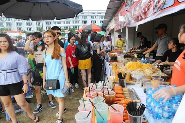 Tourists flock to Quang Ninh during four-day holidays hinh anh 1