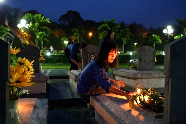 Candle lighting commemorates fallen soldiers in Dien Bien Phu battle hinh anh 2
