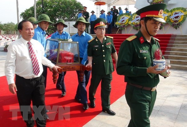 Quang Binh holds reburial service for remains of martyrs hinh anh 1