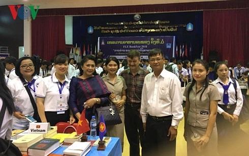 ASEAN writers talk reading books in Laos hinh anh 1
