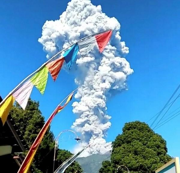 Indonesia evacuates people near active Merapi volcano hinh anh 1