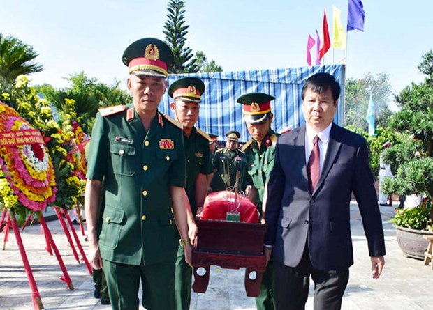 Thua Thien-Hue reburies remains of 11 voluntary soldiers found in Laos hinh anh 1