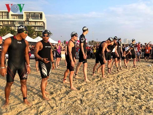 Over 1,600 triathletes race in Techcombank Ironman 70.3 hinh anh 1
