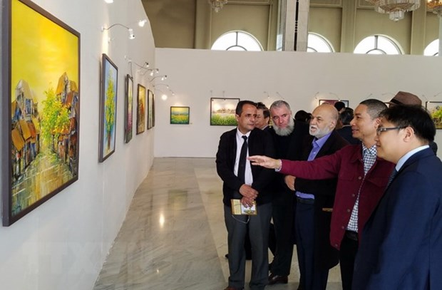 Vietnamese contemporary paintings exhibited in Algeria hinh anh 1
