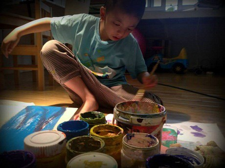 Hanoi autistic kid creates head-turning art hinh anh 1