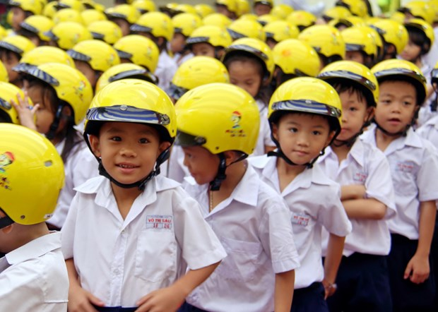 Nearly 3,300 qualified helmets given to primary students in Gia Lai hinh anh 1