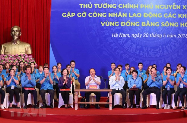 PM talks with workers at IZs in Red River Delta hinh anh 1
