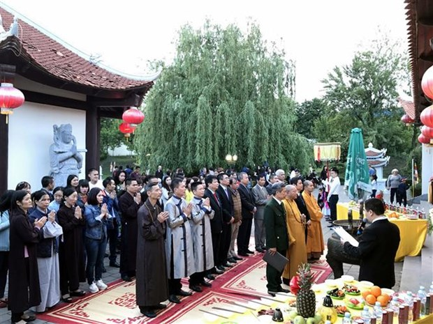 Overseas Vietnamese in Ukraine commemorate fallen soldiers hinh anh 1