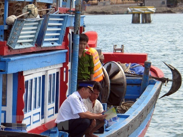Satellite-positioning devices provided for Ninh Thuan to fight IUU fishing hinh anh 1