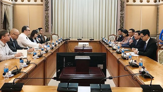 HCM City official receives international guests hinh anh 1