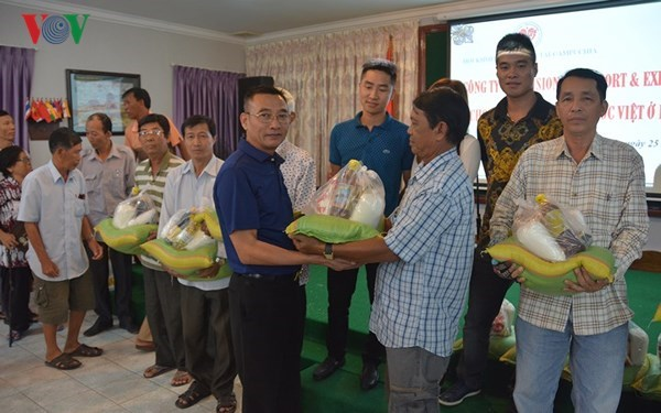 Vietnamese firms support poor households in Cambodia hinh anh 1