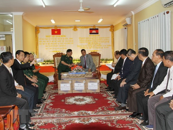 Vietnam presents gifts to Cambodia's solidarity front hinh anh 1