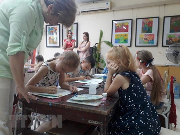 Vietnamese, foreign children draw peaceful Hanoi hinh anh 1
