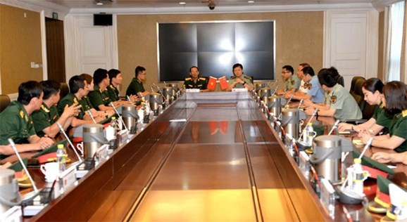 Vietnamese and Chinese young officers hold exchange hinh anh 1