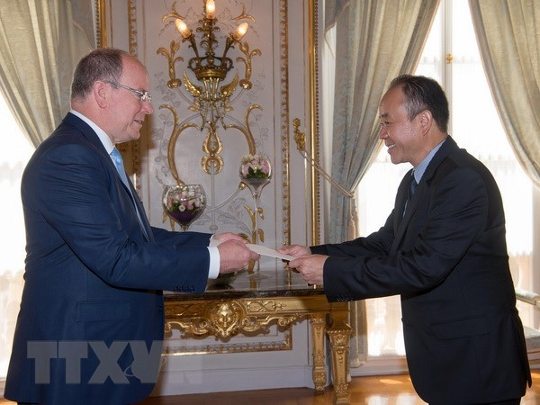 Vietnamese ambassador to Monaco presents credentials hinh anh 1