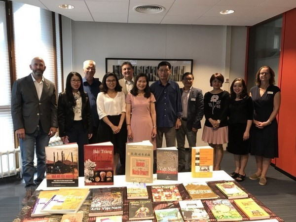 Books on Vietnam handed over to Netherlands' Leiden University hinh anh 1