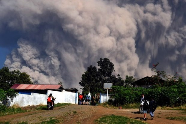 Indonesia's most active volcano erupts again hinh anh 1