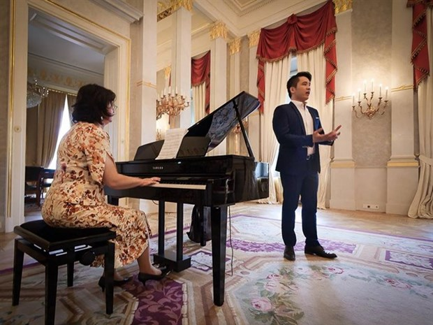 Vietnamese student wins Hungarian singing contest hinh anh 1