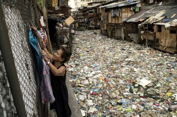 Philippines cleans up plastic trash-choked canal hinh anh 1