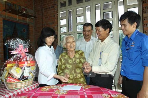Ministry submits plan to give presents to revolutionary contributors hinh anh 1