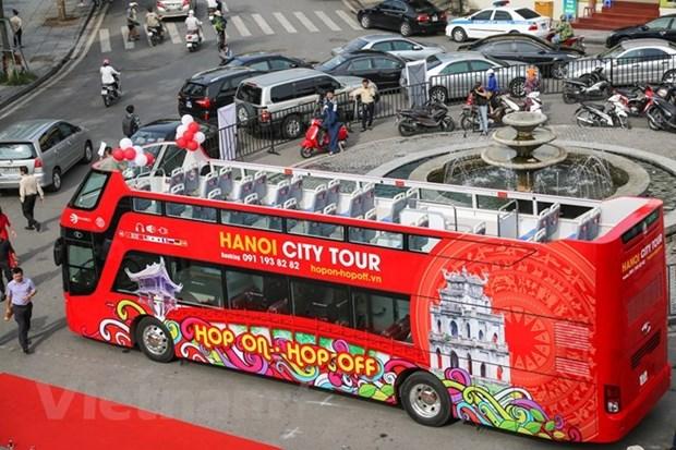 Double-decker city tour gains tourists' favour hinh anh 1