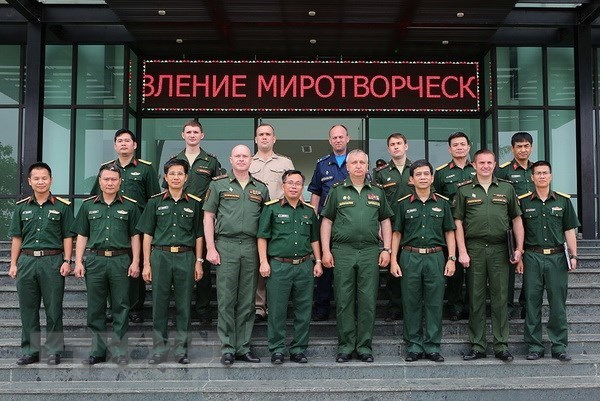 Russian military officers visit Vietnam Peacekeeping Department hinh anh 1