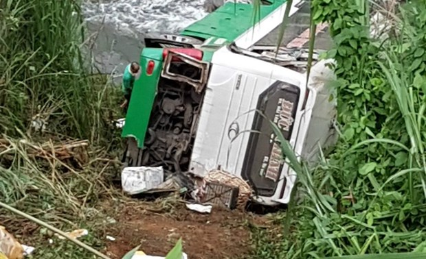 Three killed in coach accident in Kon Tum province hinh anh 1