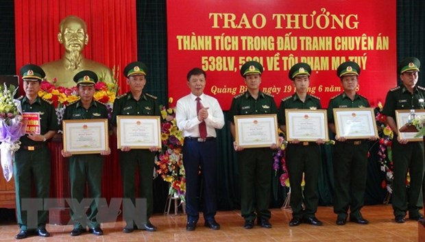 Quang Binh awards units, individuals for smashing two drug cases hinh anh 1