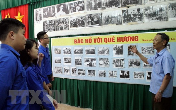Veteran spends 20 years collecting photos of Uncle Ho hinh anh 1