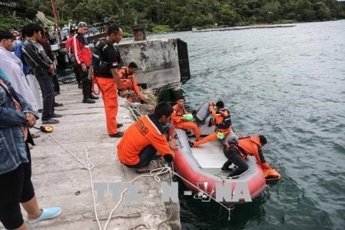 Indonesia police suspect criminal offence behind capsized boat hinh anh 1