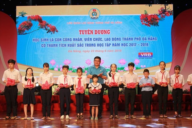 Da Nang commends students with high academic results hinh anh 1