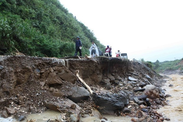 Death toll of northern floods, landslides rises to seven hinh anh 1