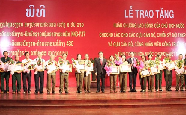 Lao order presented to Thanh Hoa volunteer soldiers hinh anh 1