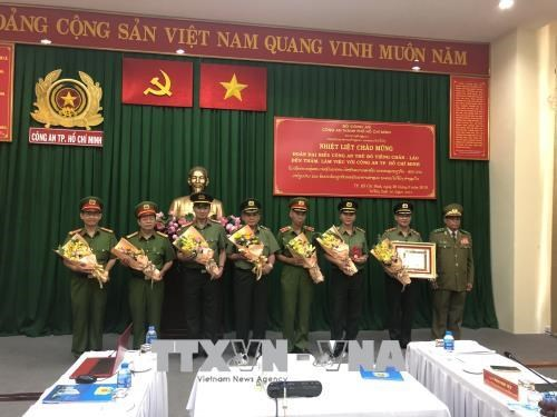 HCM City's Police presented with Lao Development Order hinh anh 1