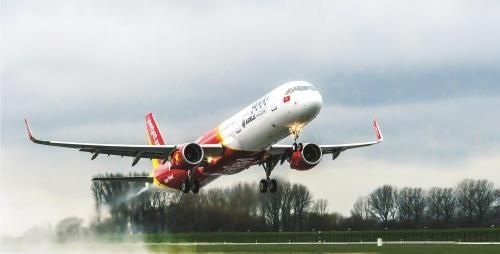 Vietjet flight makes emergency landing over passenger's health hinh anh 1