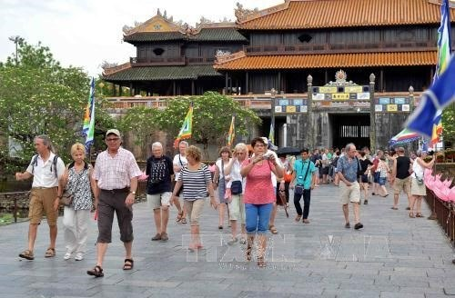 Foreign tourists happy with Vietnam's visa exemption policy hinh anh 1