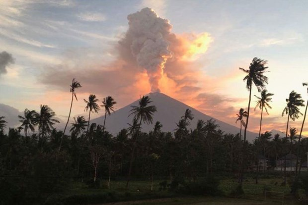 Indonesia: dozens of flights canceled due to volcanic eruption hinh anh 1