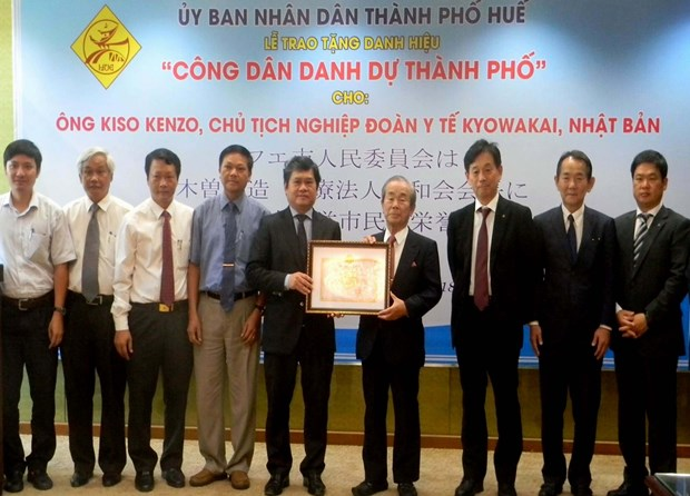Hue city bestows honorary citizenship on Japanese national hinh anh 1