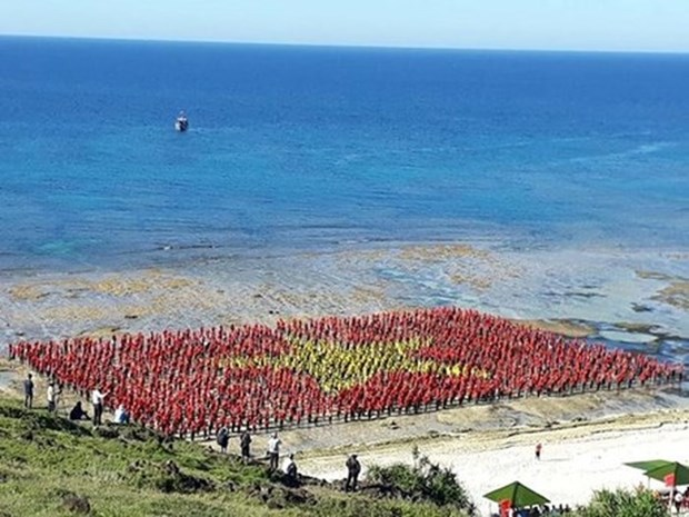 Record number of persons sing national anthem in Ly Son Island hinh anh 1