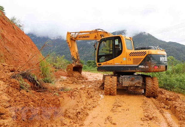 Roads in flood-hit provinces resume operations hinh anh 1