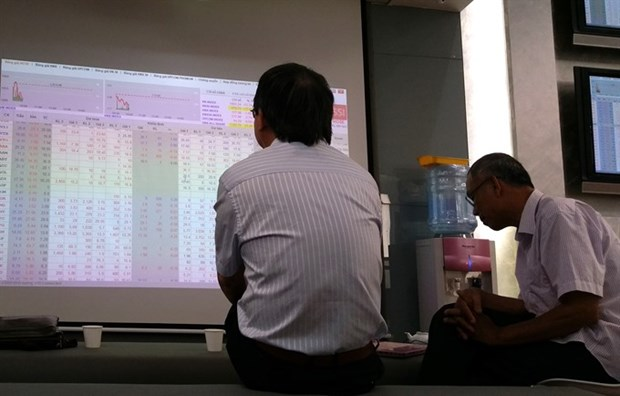 VN-Index falls to under 900 points hinh anh 1