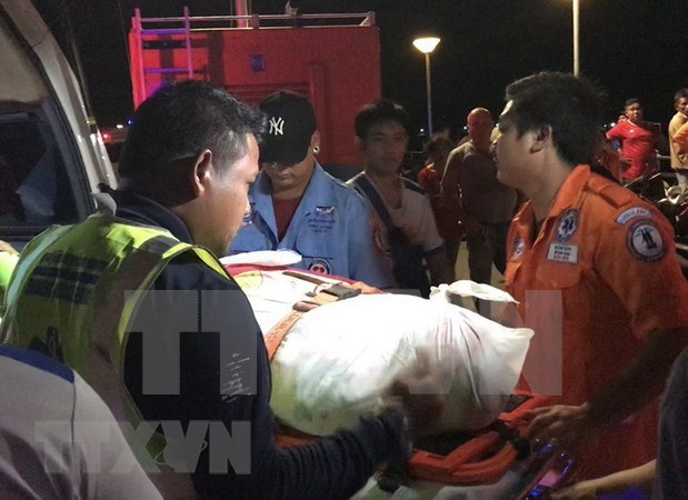 Helicopters, divers deployed to search for capsized Thai boat victims hinh anh 1