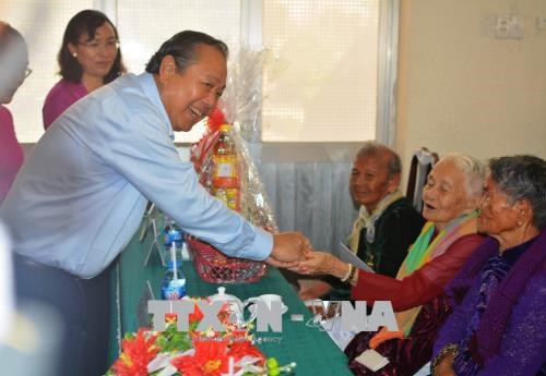 Deputy PM presents gifts to Heroic Vietnamese Mothers hinh anh 1