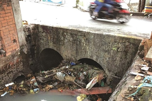 Litter in canals, sewers worsens floods in HCM City hinh anh 1