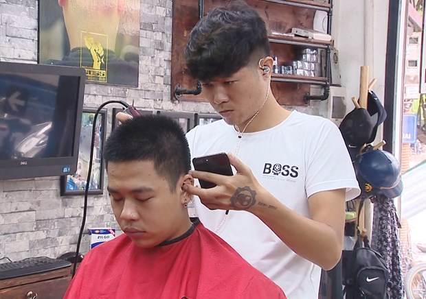 Fans enjoy World Cup with special haircuts hinh anh 1