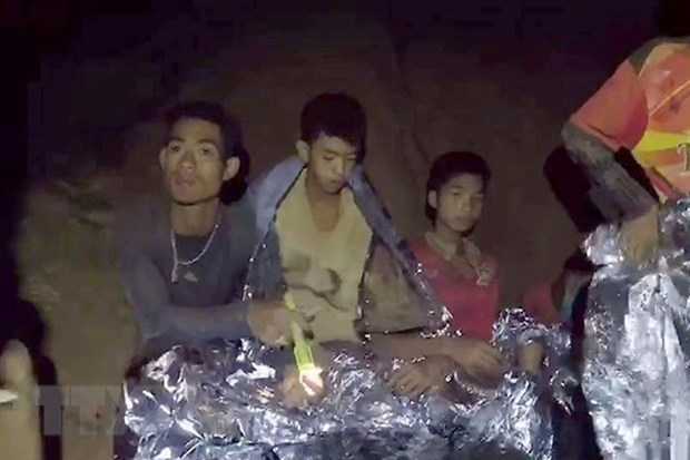 First four of trapped Thai football team rescued hinh anh 1