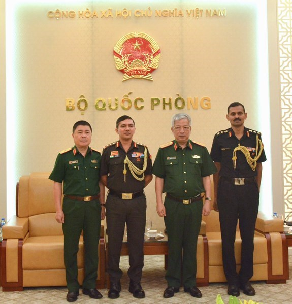 Deputy Defence Minister receives Indian, Israeli military attaches hinh anh 1