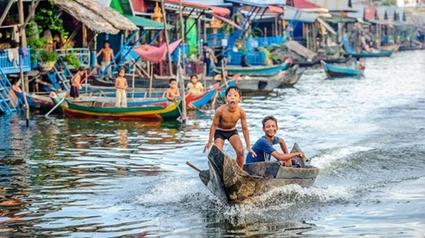 Floating school for Vietnamese students opens in Cambodia hinh anh 1