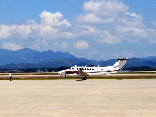 Van Don International Airport welcomes first plane hinh anh 1