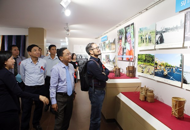 Exhibition highlights 20-year development of central, Central Highlands regions hinh anh 1